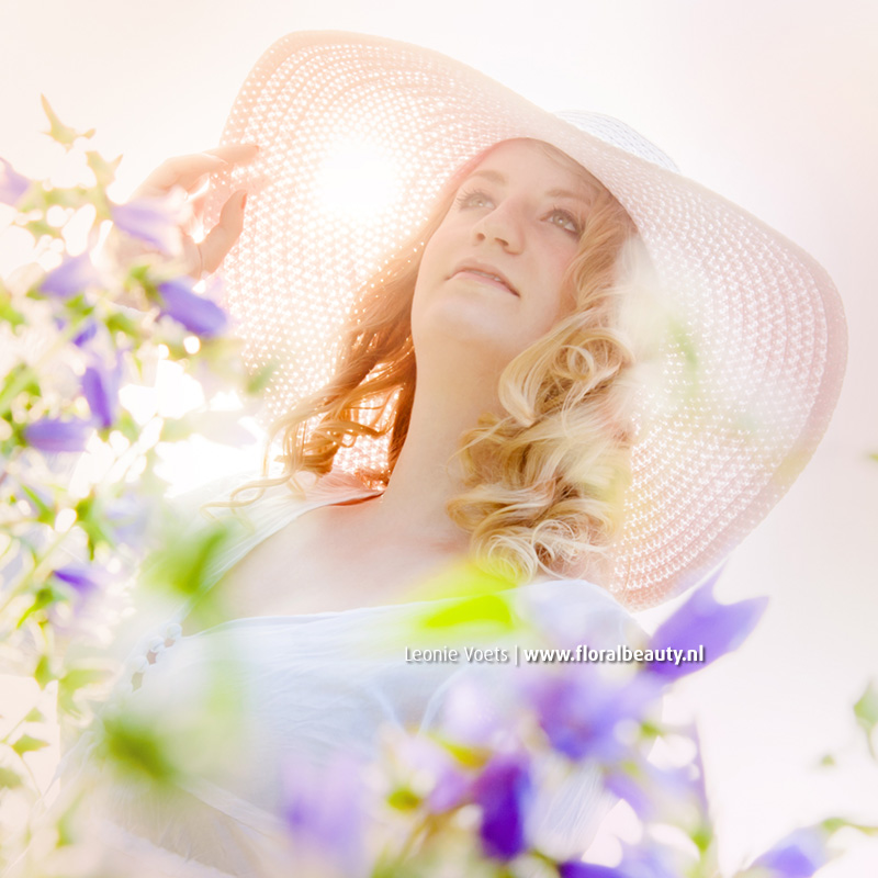portret-ondergaande-zon-floralbeauty-imagingpeople-leonie-voets-fotograaf-mierlo-fieldofjoy-01